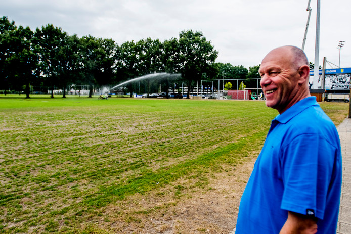 Johan de Jong is dagelijks bezig met het sproeien van de velden van VV Baardwijk.