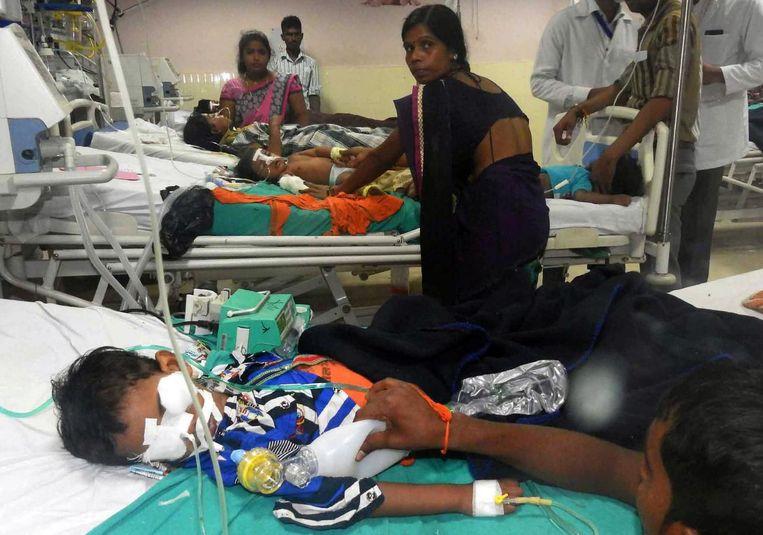 In het Baba Raghav Das Hospital in de Noord-Indiase staat Uttar Predesh zijn de afgelopen dagen zestig kinderen overleden. Beeld epa