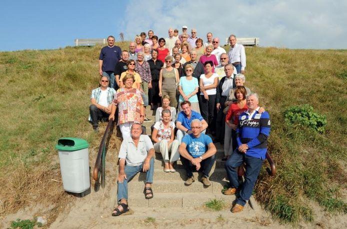 De jubilerende campinggasten op de trap die van de camping, over de dijk, naar de Oosterschelde leidt. foto Izaäk Verkeste