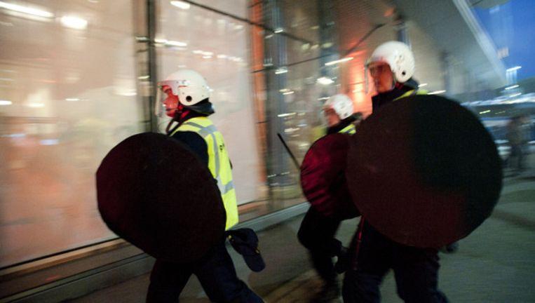 Een groep van een paar honderd boze supporters dreigde vorig jaar in augustus het Maasgebouw te bestormen. © ANP Beeld