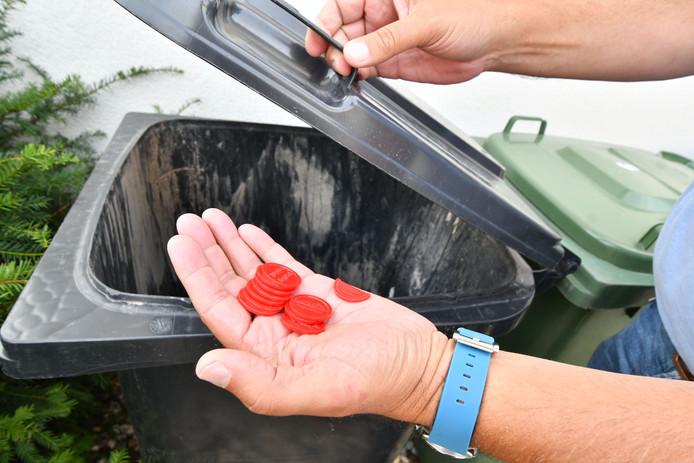 De rode brueghelmunten zijn dit jaar niet meer geldig tijdens het Bruegheliaans festijn in Losser en kunnen dus in de afvalcontainer.