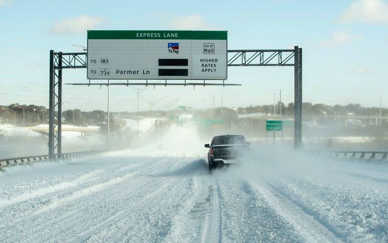 Een ondergesneeuwde snelweg in Austin, Texas. Beeld AP