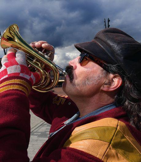Vier keer pakte de politie zijn trompet af, maar Roosendaalse straatmuzikant toetert gewoon lekker door