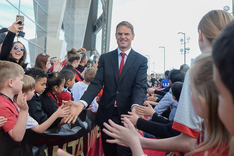 Frank de Boer wordt verwelkomt door jonge fans vlak voor de start van de MLS wedstrijd tussen Philadelphia Union en Atlanta United FC. Beeld Icon Sportswire via Getty Images