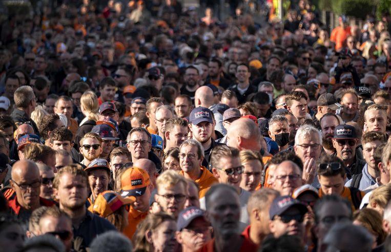 Bezoekers van de Grand Prix lopen onder meer vanaf treinstation Zandvoort naar het circuit. Beeld ANP