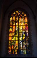 Wederom geen onthulling voor het herdenkingsraam 'Vrede en Verzoening'. Als het publiek weer naar binnen mag in de Laurenskerk, mag iedereen het kunstwerk van dichtbij bewonderen.