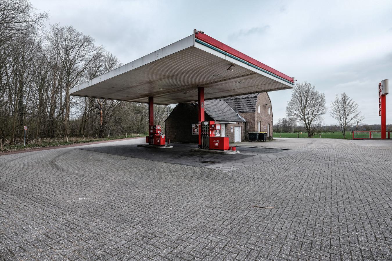 Bij dit tankstation over de grens in Elten zijn amper nog Nederlanders te vinden na de invoering van de testplicht in Duitsland.