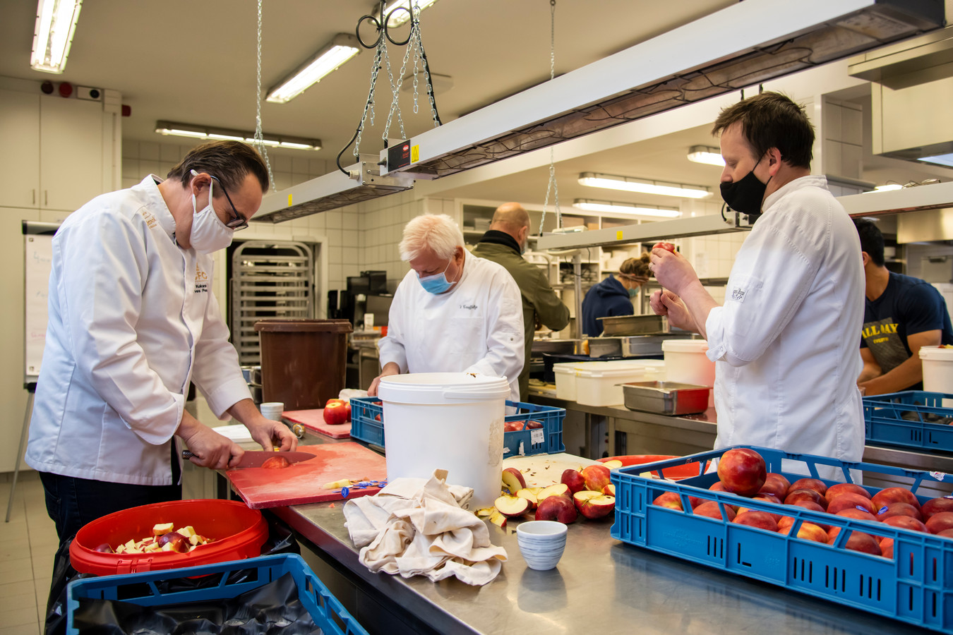 De chefs zijn al druk in de weer om de 1.500 maaltijden de bereiden.