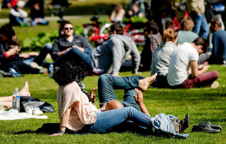 Mensen genieten in het Vondelpark. Beeld ANP