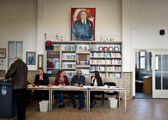 Stembureau 33 in het Turks Cultureel Centrum aan de Citroenvlinderstraat.