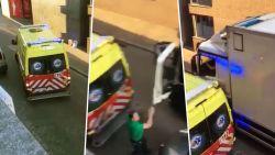 Opmerkelijk: trucker is wachten beu en zet ambulance zelf aan de kant