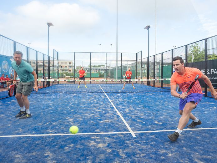 Padelcompetitie bij TV Nieuwe Sloot in Alphen. Het tenniscomplex ondergaat in de komende jaren een metamorfose; er komt meer ruimte voor padel en de tennishallen worden vernieuwd en compacter gemaakt.