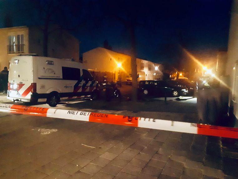 De straat werd na het incident met politielint afgezet. Beeld Twitter Politie Eenheid Amsterdam