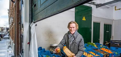 Groenteman Rinus mag in Rotterdam-Noord blijven na buurtpetitie: 'Hij hoort hier en nergens anders'