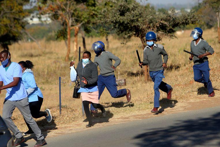 De oproerpolitie maakte deze zomer jacht op verplegend personeel dat staakte omdat er onvoldoende beschermende kleding is in de ziekenhuizen in Harare.  Beeld AP