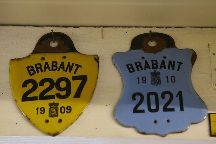 Naast de nationale autoplaat moest je nog tot 1914 een provinciale taksplaat op je auto hangen, deze exemplaren wegen vier kilo