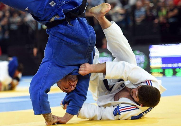 Geweldig beeld van Toma Nikiforov die tijdens zijn kwartfinale geworpen werd door de Fransman Cyrille Maret. Beeld AFP