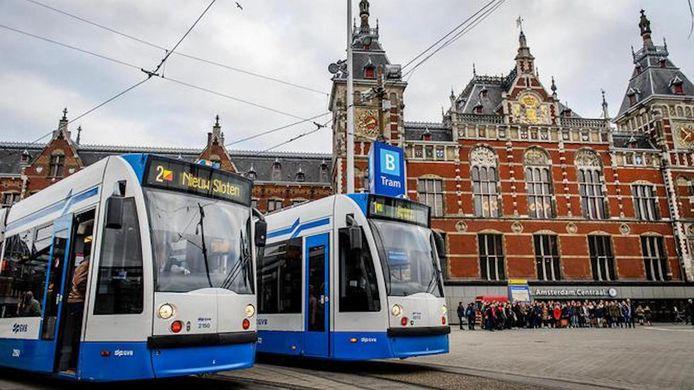 De buitenkant van Amsterdam Centraal Station.