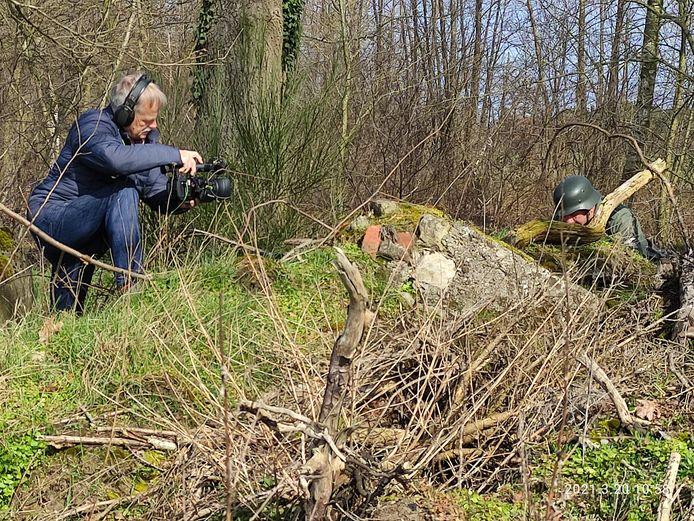 Opnamen voor de documentaire. Links cameraman Bert Bos, rechts figurant John Slag.