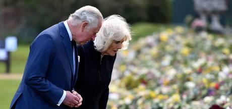 Charles en Camilla bezoeken bloemenzee voor prins Philip