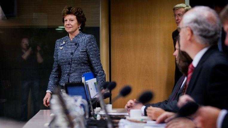 Neelie Kroes komt de zaal van de Commissie-de Wit binnen. Beeld null