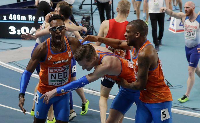 Vreugde bij de Nederlandse mannenploeg na de winst op de 4x400 meter.