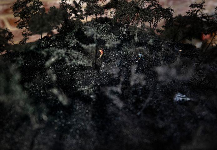 Twee mannen maken graven in het Vlierdens bos. Maquette die het verhaal vertelt van de moord op  Erwin Michael Joseph.