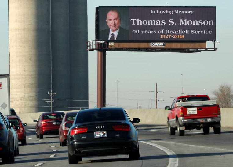 Met advertenties langs de weg in Salt Lake City wordt de Mormoonse kerkleider herdacht. Beeld REUTERS