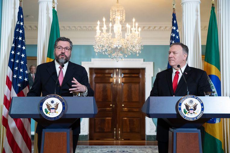 De Amerikaanse minister van Buitenlandse Zaken Mike Pompeo met zijn Braziliaanse ambtsgenoot Ernesto Araujo (links) tijdens een persconferentie. Archiefbeeld.