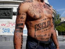 """Il se tatoue d'insultes racistes pour dénoncer la """"lepénisation des esprits"""""""