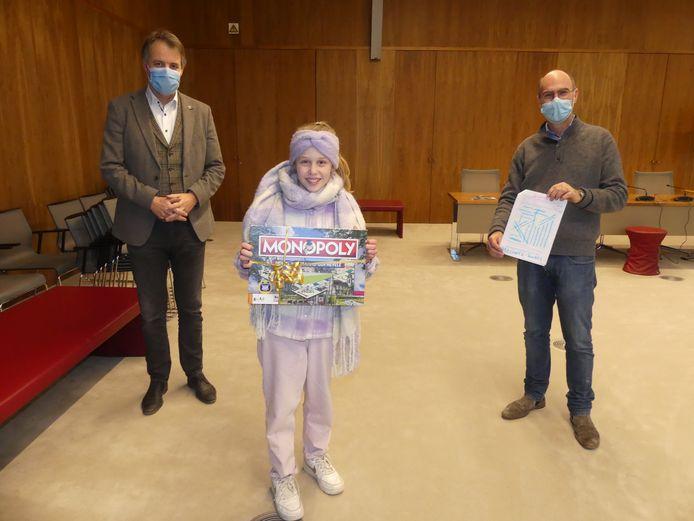 Madeleine Van de Sompele kreeg haar prijs in ontvangst van burgemeester Jan Vermeulen en schepen van Toerisme Bruno Dhaenens.