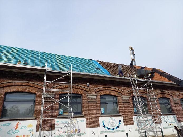 De werken aan het dak van de school in Bassevelde.