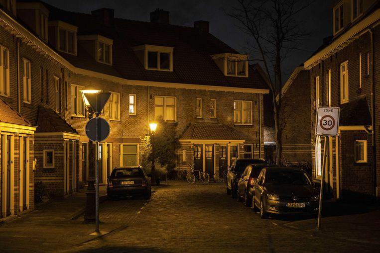 Stille straten in Amsterdam-Noord. De invoering van een avondklok is voor het kabinet een serieuze optie.  Beeld ANP