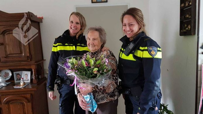 Bloemetje voor 'super-oma' uit Roelofarendsveen.