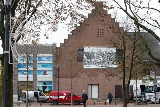De Pniëlkerk aan het Thoomesplein, de stenen wand krijgt een glazen gevel.
