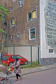 Op deze eeuwenoude muur lees je nu een gedicht van Derek Otte: 'Het was niet makkelijk dit voor elkaar te krijgen'