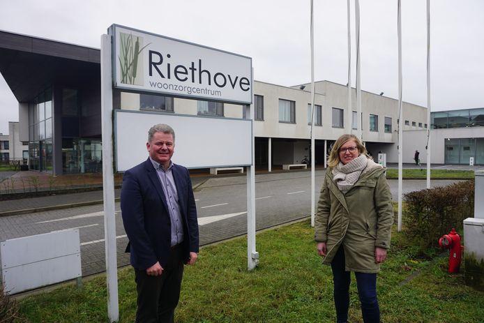 Burgemeester Anthony Dumarey en schepen Romina Vanhooren bij woonzorgcentrum Riethove in Oudenburg.