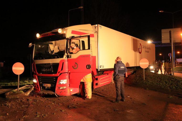 Gelukkig bleef de truck vaststeken op de wal voor het benzinestation.