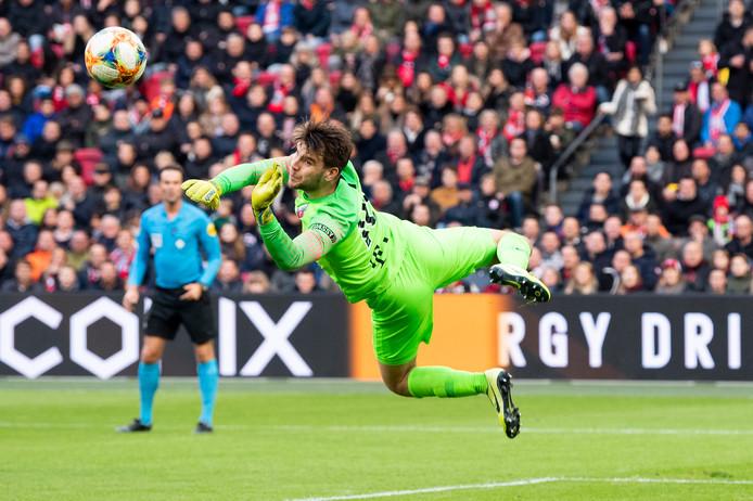 Maarten Paes stijlvol in actie tegen Ajax, afgelopen zondag.