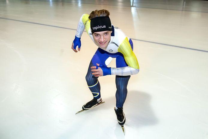 Mika van Essen, schaatstalent uit Schalkhaar, in startpositie.
