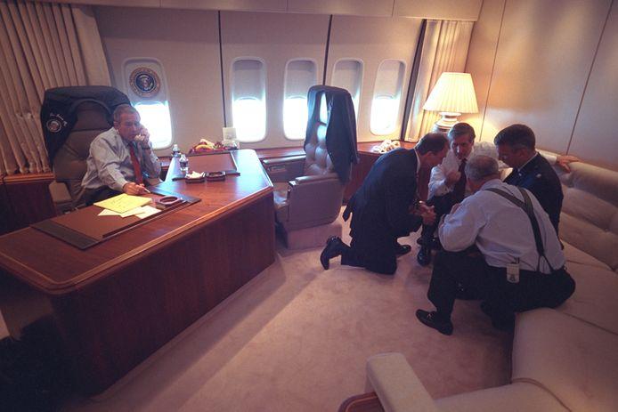 President George W. Bush en een deel van zijn staff aan boord van de Air Force One.
