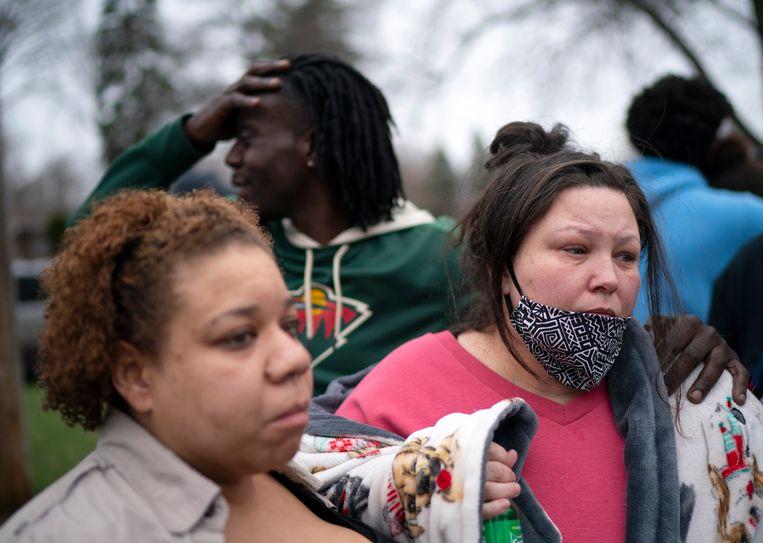 Moeder Katie Wright (rechts) getuigt over het telefoontje met haar zoon vlak voor die stierf. Beeld AP