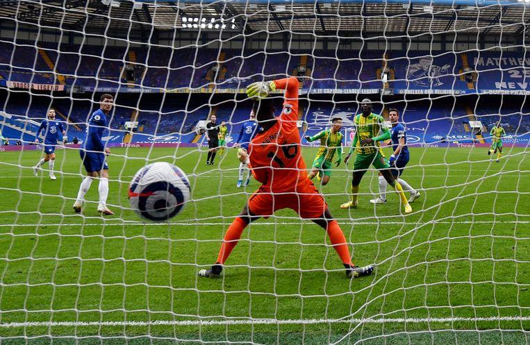 Keeper Mendy van Chelsea moet een derde doelpunt incasseren tegen West Bromwich Albion. Beeld Reuters
