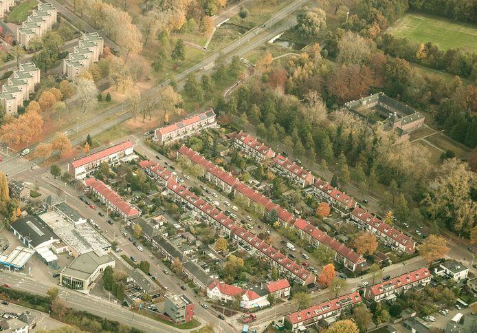 De wijk Rapelenburg als voorbeeld van de Nederlandse rijtjeswoning met voor- en achtertuin. Rechts het Clarissenklooster aan de rand van de Genneper Parken in Eindhoven.