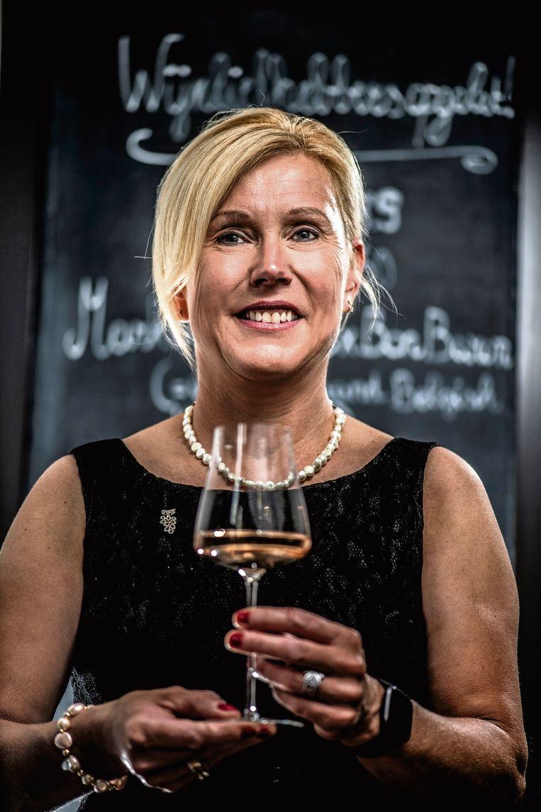 Carine Hoedt: 'Ik had lang niets met alcohol, en nu schenkt mijn job me zó veel voldoening. Eigenlijk werk ik in de zorgsector, maar met gezonde mensen.' Beeld Marco Mertens/HUMO
