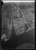 Luchtfoto van Vreeswijk tussen 1920 en 1930. In het midden mondt het Merwedekanaal uit in de Lek, rechts daarvan, tussen dijk en dorp, ligt  't Zand.