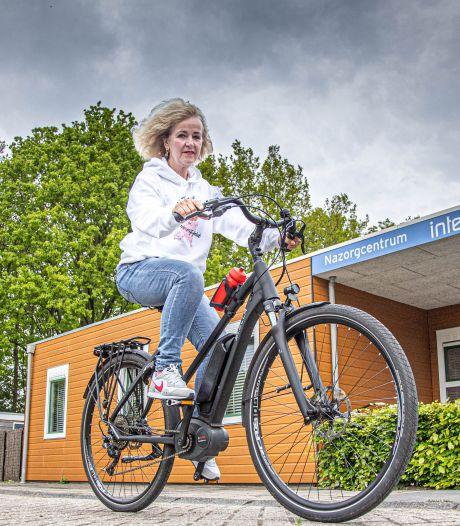 Evelien (57) fietst vanuit Zwolle 75 inloophuizen voor (ex)kankerpatiënten langs: 'Nazorg erg belangrijk'