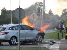 Auto vliegt in brand na botsing met andere auto en lantaarnpaal in Holten