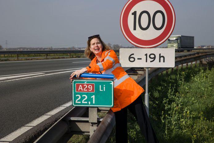 Cora van Nieuwenhuizen plaatste de laatste 'uilenroller' langs de A29.