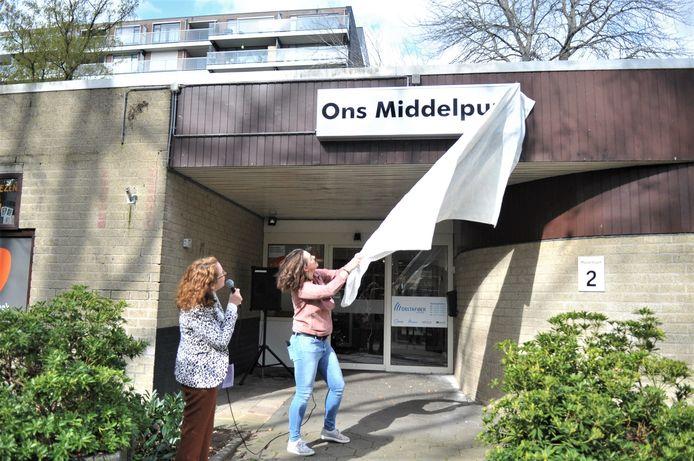 Nieuwe naam bekend buurthuis Ons Middelpunt Doorwerth, voorheen Poort van Doorwerth. Debby Bosman (links) van Renkum voor Elkaar en Mariska Aalders van Ritmiek, Dans en Muziek.